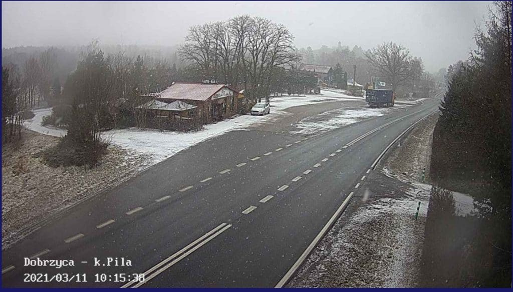 Opady śniegu w Polsce. Obraz kamery drogowej niedaleko Piły